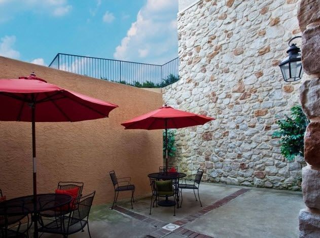 Walled outdoor table and chairs with umbrella